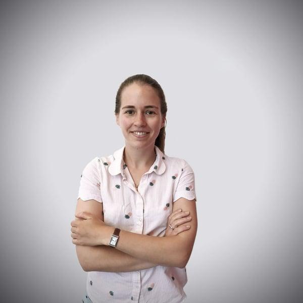 Céline Delannoy, chef de projet data et marketing automation, de face, bras croisés